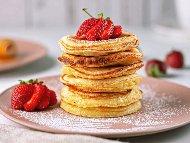 Американски палачинки с фъстъчено масло, прясно мляко, мед и ягоди или банани